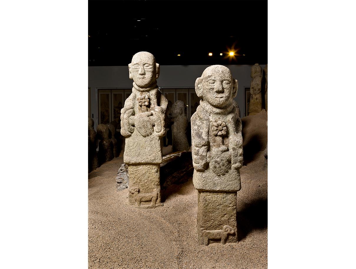 동자석의 특징은 손에 다양한 물건을 들고 있는 것이다. 이 동자석은 꽃을 들고 하단부에 길상의 상징인 양을 새기고 있다. 꽃을 들고 있는 것은 무덤 주인의 극락왕생을 빈다는 의미가 있다. 또, 동자석 중에는 술이나 떡을 들고 있는 동자석도 있어서 무덤 주인이 생전에 좋아했던 물건을 들고 있는 것이라 해석이 되기도 한다. 발 아래에는 길상을 뜻하는 양이 조각되어 있다.